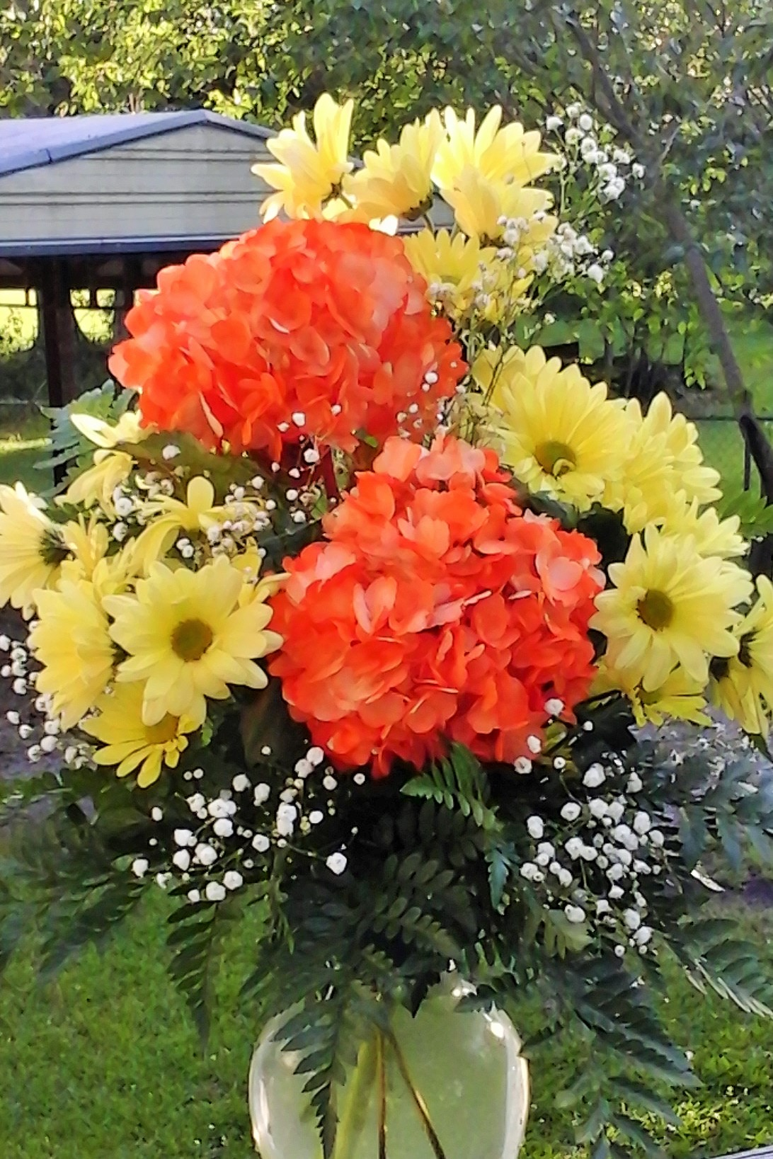 Vase w/ daisies and hydrangeas