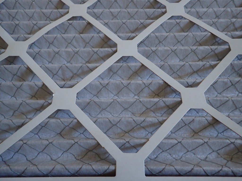 Wire mesh support on pleated air filter