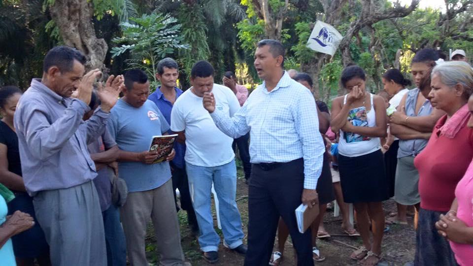 Pastor Leo praying over the new patronato of NE