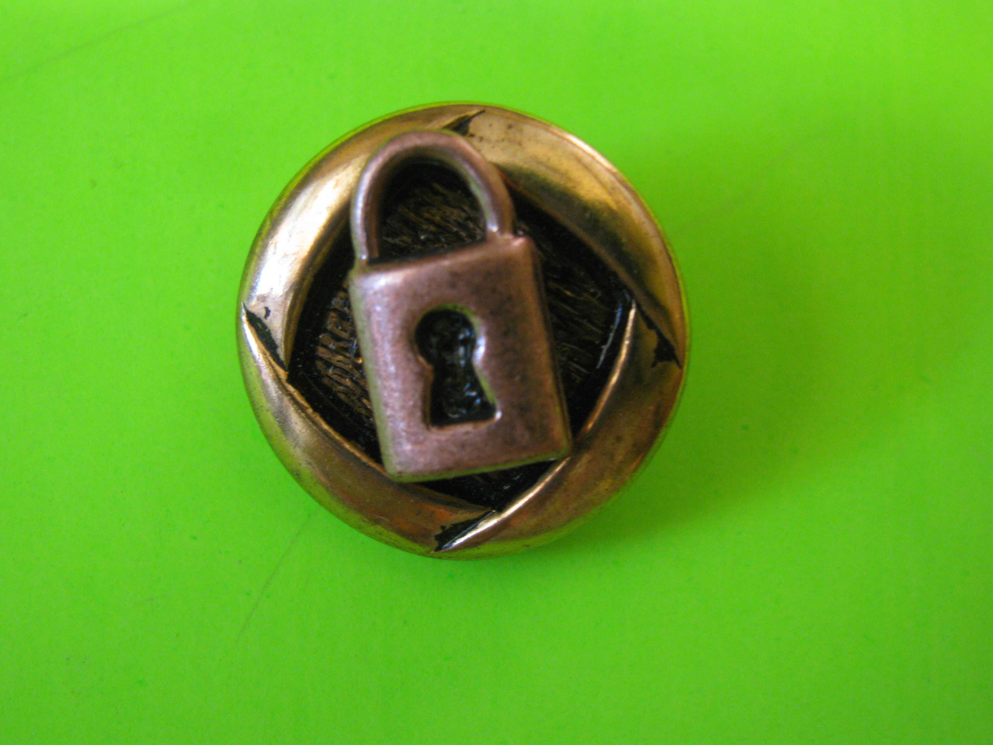 Gold Metal Button with Brass Key Lock Engraving with Metal Claw Shank