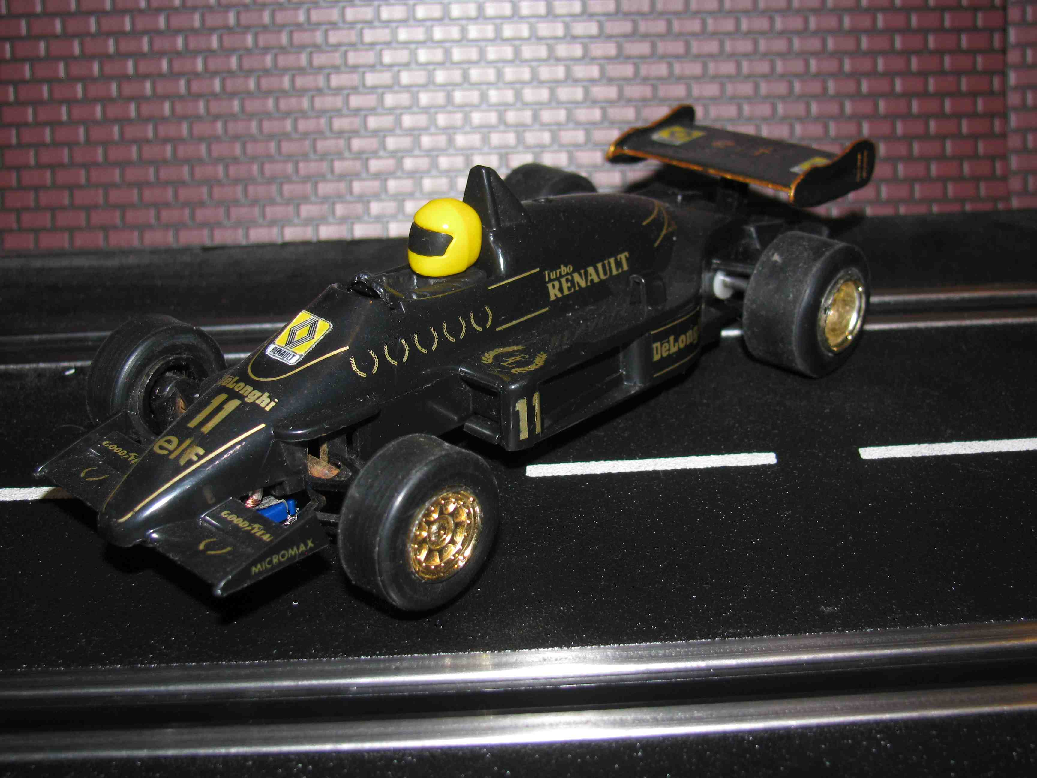 * SOLD * Scalextric DeLonghi elf Renault F1 Slot Car 1/32 Scale – Black – Car 11