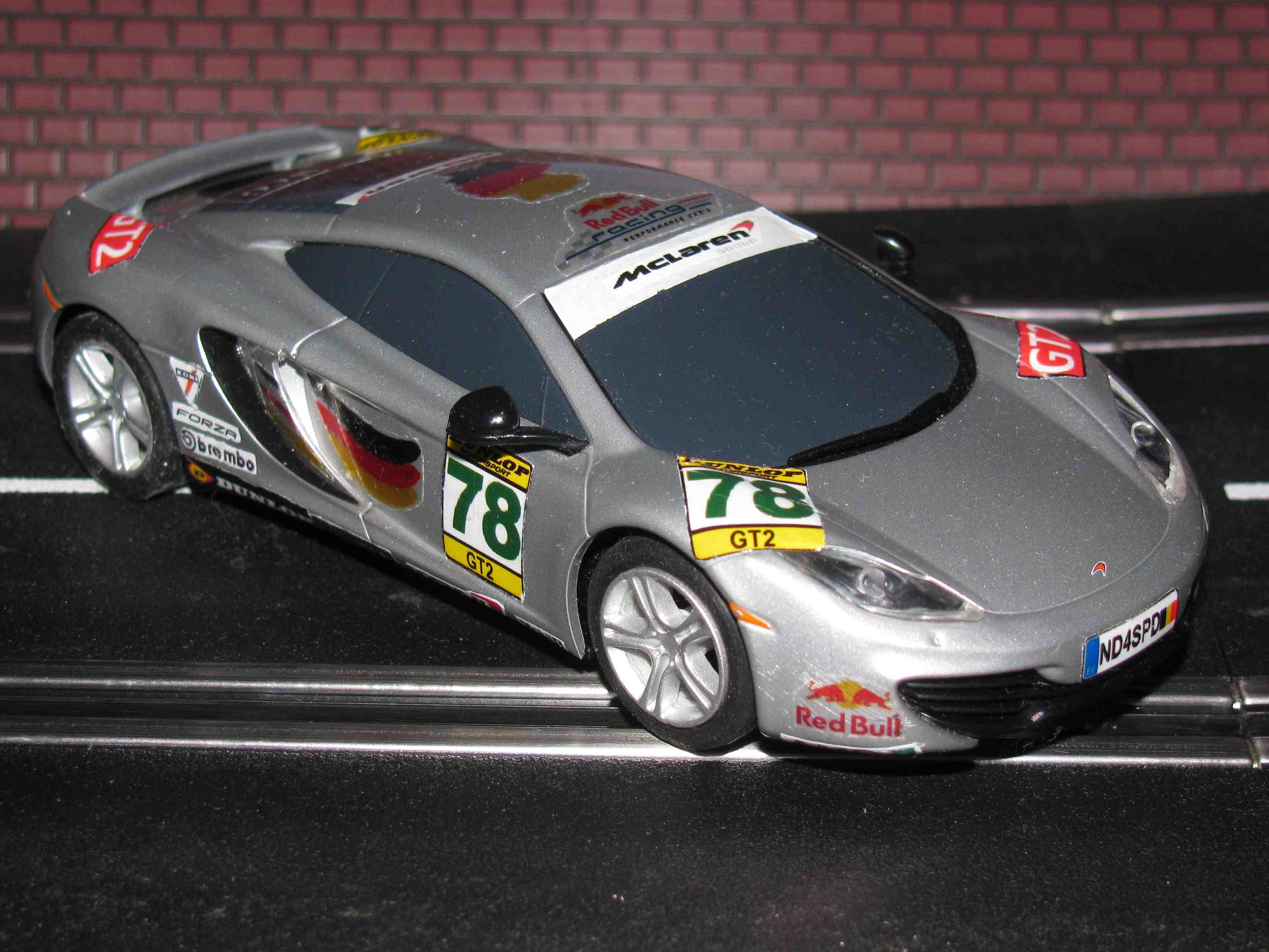 * Sold * SCALEXTRIC Slot Car 1:32 MCLAREN MP4-12C Artic Silver DIGITAL Plug Ready - In Display Case