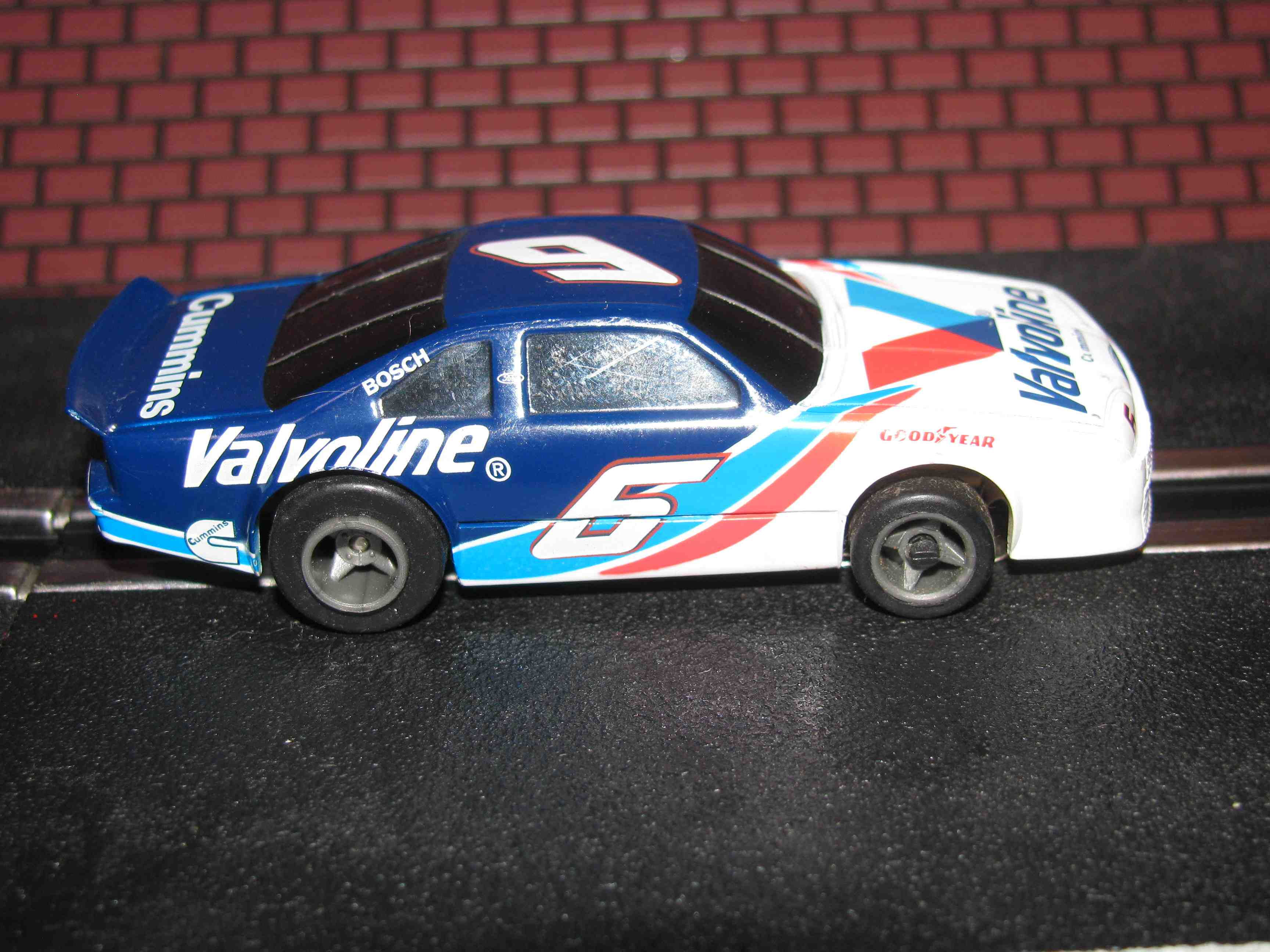 * SOLD * Tyco Like-Like HO Slot Car #10 Ford (Valvoline) with Guide Post